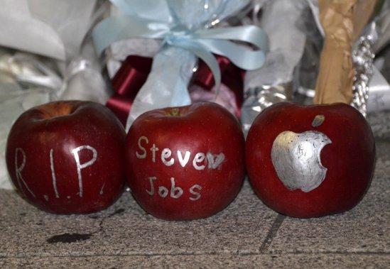 Des pommes ont été déposées devant le magasin Apple de Tokyo. (Photo: AFP)