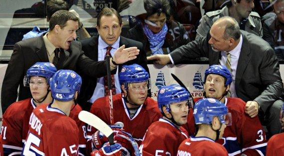 Les entraîneurs du Canadien Randy Cunneyworth, Jacques Martin et Randy Ladouceur discutent durant un temps d'arrêt. (Bernard Brault, La Presse)