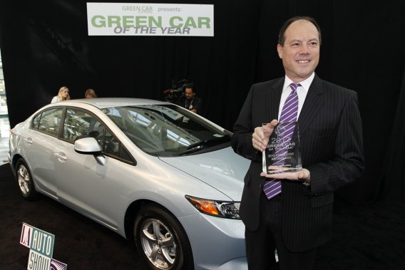Le vice-président de Honda aux États-Unis, Michael Accavitti, a reçu le prix pour la voiture verte de l'année remis à la Honda Civic Natural Gas au Salon de l'automobile de Los Angeles .