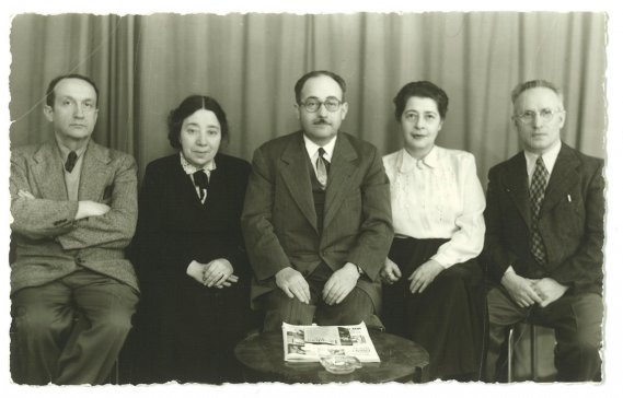 Melech Ravitch, Ida Maze, un inconnu, Rochl Korn, J.-I. Segal, vers 1950 (Archives de la Bibliothèque publique juive de Montréal)