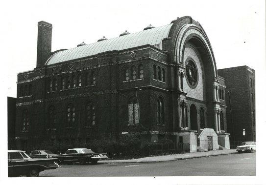 La synagogue B'nai Jacob, vers 1960, où loge aujourd'hui le Collège français, rue Fairmount (Archives de la Bibliothèque publique juive de Montréal)