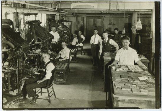 Les presses du journal yiddish Der Keneder Odler, vers 1920 (Archives de la Bibliothèque publique juive de Montréal)