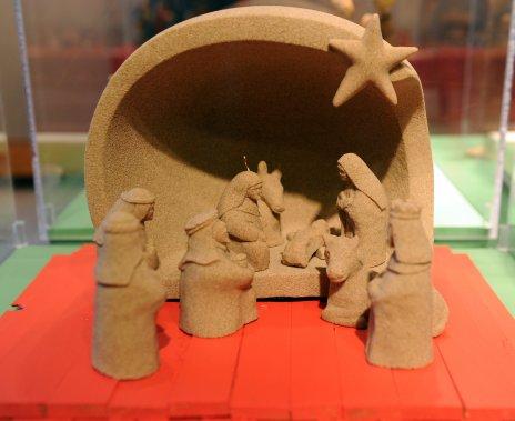 La crèche de sable montée sur des bardeaux rouges conçue par des artisans des Îles-de-la-Madeleine (Le Soleil, Erick Labbé)