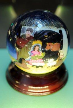 Cette boule peinte à la main par l'intérieur avec un pinceau à un seul poil vient de Chine. (Le Soleil, Erick Labbé)