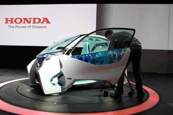 Le concept Micro Commuter de Honda. Un véhicule urbain électrique dont l'autonomie avoisinne les 60 kilomètres. En cas de panne? Un scooter électrique se trouve à côté du conducteur.