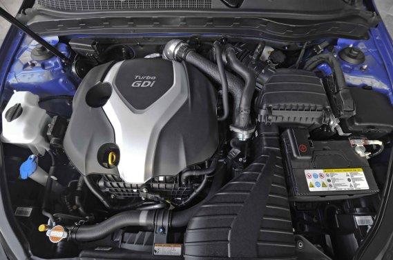 En théorie, le moteur suralimenté de la Kia Optima développe 274 chevaux. En pratique, il en fait cavaler bien davantage pour peu qu'on l'alimente d'essence super. En effet, l'homologation de ce moteur a été réalisée à l'aide d'essence ordinaire. En l'abreuvant d'une essence à indice d'octane plus élevé, les motoristes sud-coréens estiment que la puissance réelle de ce moteur avoisine les 300 chevaux. (Photo Kia)