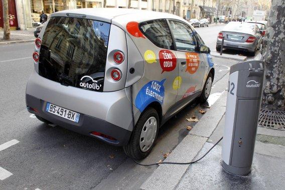 Le service de location courte durée de voitures électriques Autolib' compte 67 000 abonnés à Paris.