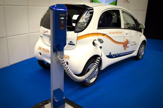Le programme routier d'Hydro-Québec intègre 30 voitures et permet d'étudier les  besoins de recharge, les habitudes de conduite, la satisfaction des  conducteurs ainsi que l'interface des véhicules avec le réseau  électrique.
