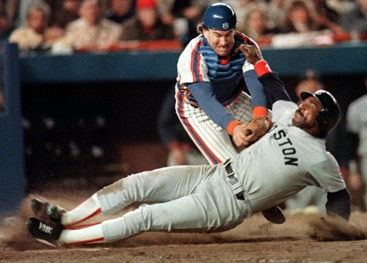 Gary Carter, des Mets de New York, retire le coureur Jim Rice, des Red Sox de Boston, durant la Série mondiale de 1986 remportée par les Mets. (AP)