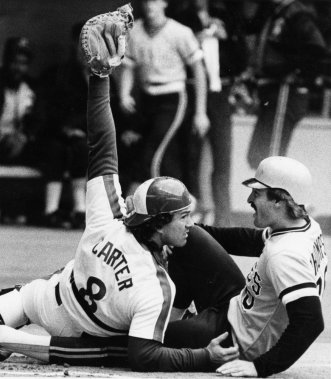 Gary Carter montre la balle à l'arbitre après avoir retiré au marbre Jason Thompson, des Pirates de Pittsburgh, en 1983. (PC)