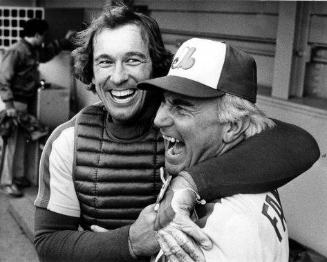 Gary Carter s'amuse avec l'entraîneur des Expos Jim Fanning, en 1981. (Robert Nadon, La Presse)
