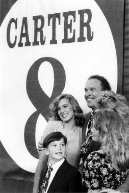 Gary Carter avec sa femme et ses trois enfants, lors du retrait de son numéro 8 par les Expos, en 1993. (Bernard Brault, La Presse)