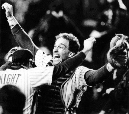 Gary Carter célèbre avec Ray Knight après la victoire des Mets de New York dans le septième match de la Série mondiale, contre les Red Sox de Boston, en 1986. (AP)