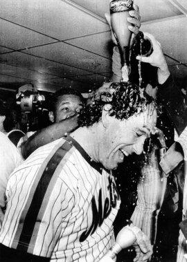Gary Carter reçoit une douche de champagne dans le vestiaire après que les Mets de New York eurent remporté le championnat, en 1986. (UPI)