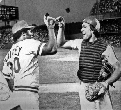 Gary Carter (à droite) célèbre avec Ken Griffey, des Reds de Cincinnati, après la victoire de la Ligue nationale au match des étoiles du baseball majeur, en 1980. (AP)