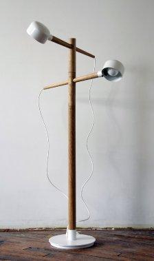 Réglable, le nouveau lampadaire Turned de la collection Deadstock possède une structure en chêne et ses abat-jour proviennent d'une entreprise d'éclairage ontarienne, maintenant fermée. (Photo fournie par Castor Design)