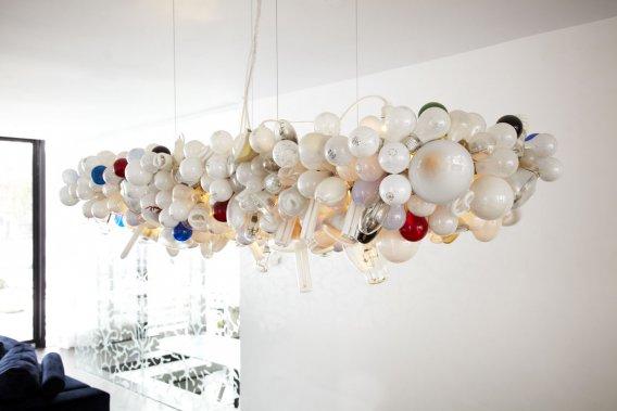 Ce bouquet d'ampoules grillées -éclairé de l'intérieur- figure parmi les luminaires emblématiques de Castor Design. (Photo fournie par Castor Design)