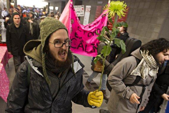 Des étudiants de l'Université du Québec à Montréal, dans les corridors de l'école, après leur réunion pendant laquelle un mandat de grève générale a été adopté. (Photo: Patrick Sanfaçon, La Presse)