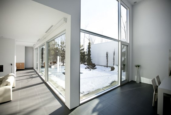 Dans la propriété de Denis Bourgeois, l'auteur du projet Haus (qui signifie maison en allemand) et qui s'inspire de la modernité, tout l'intérieur est resté blanc. Une vue saisissante sur le jardin est offerte en raison notamment d'un mur vitré double hauteur dans la salle à manger. (Photo: Marco Campanozzi, La Presse)