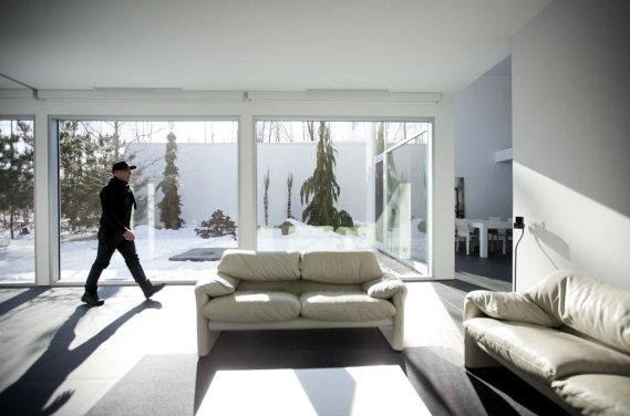 L'une des idées les plus attrayantes du projet est la création d'une cour intérieure, à l'abri des voisins. Grâce à deux murs complètement fenêtrés, il est possible d'entretenir un lien privilégié avec le paysage, hiver comme été. Selon Denis Bourgeois, 80% des acheteurs laissent leur intérieur blanc. «Nous évitons toutefois les blancs bleutés et privilégions les blancs chauds», dit-il. (Photo: Marco Campanozzi, La Presse)