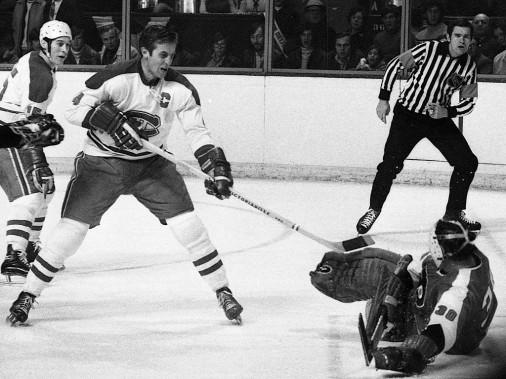 Jean Béliveau en action contre les Flyers de Philadelphie. (Pierre McCann, La Presse)