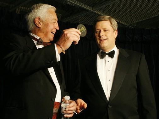Jean Béliveau reçoit une rondelle souvenir autographiée des mains du premier ministre du Canada Stephen Harper, en 2007. (François Roy, La Presse)