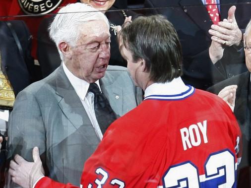 Jean Béliveau félicite Patrick Roy durant la cérémonie du retrait de son chandail numéro 33 à Montral, le 22 novembre 2008. (Reuters)