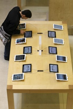 Un consommateur jette un oeil sur le nouvel iPad d'Apple à Paris. (Photo: Reuters)
