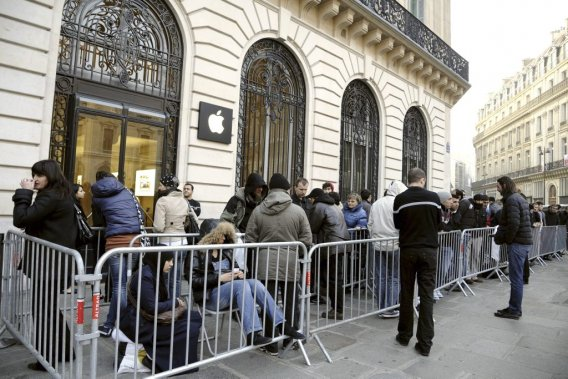 À Paris aussi, on a fait la file pour la tablette d'Apple. (Photo: AFP)