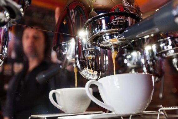 C'est ici qu'on peut goûter au café «moussonné», dont les grains ont été exposés aux embruns des Iles durant l'été. Un procédé unique développé par le propriétaire de la brûlerie Le Mousonneur, Richard O'Neill. (Photo: Édouard Plante-Fréchette, La Presse)