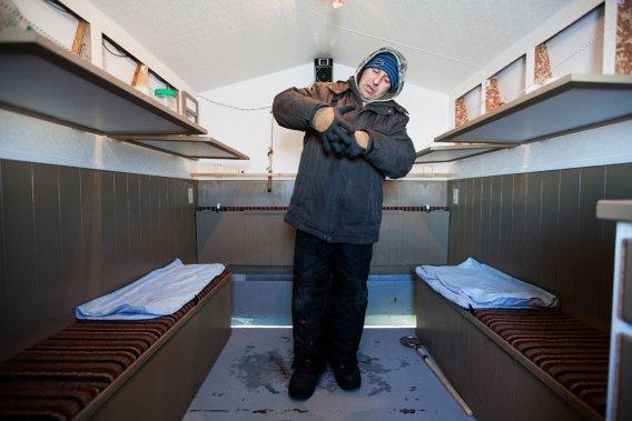 Rosaire Miousse explique une technique de pêche sur glace. Ébéniste de métier, il s'est construit une cabane tout confort avec des plaques solaires pour la lumière et la radio et, même, une cafetière expresso sur la cuisinière alimentée au propane. (Photo: Édouard Plante-Fréchette, La Presse)