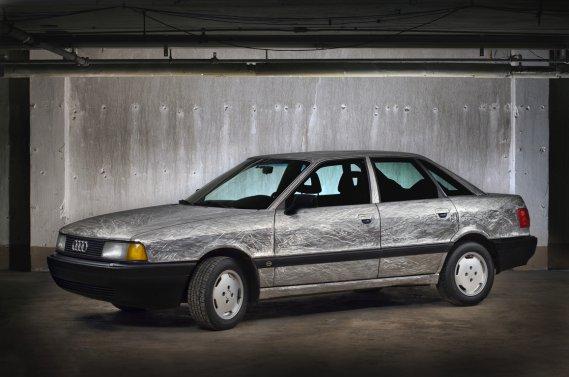 Le clou du travail de Pierre Arpin: Barbelés, une Audi 90 1988 entièrement meulée.