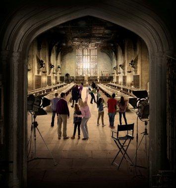 La visite de trois heures permet de voir le Ministère de la Magie, la maison de la famille Dursley et les lieux de tournage créés par le designer Stuart Craig. Des vidéos montreront des secrets de tournage, comme la technologie utilisant les fonds verts. (Warner Bros. Studio)