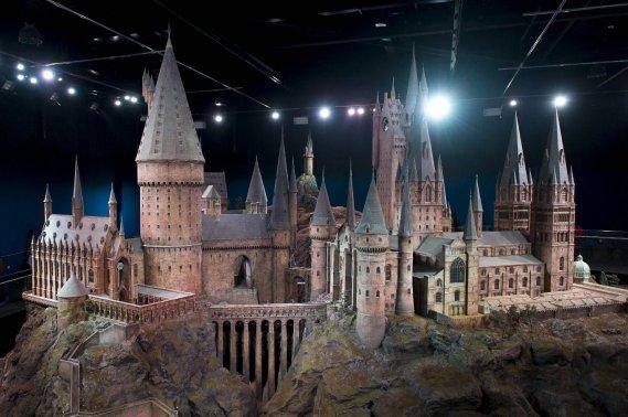 Une maquette 1/24 du Château de Poudlard offre une vue à 360° du bâtiment. Plus de 2500 lumières à fibres optiques simulent des torches présentes dans les couloirs. «C'était un endroit tellement magique pour grandir», raconte Daniel Radcliffe. «Les gens vont être sidérés de voir les plateaux incroyables où on a travaillé toutes ces années.» (Warner Bros. Studio)