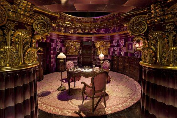 Le fameux bureau rose du Ministère de la Magie, où sont exposés différents objets comme les assiettes en porcelaine sur lesquelles figurent des motifs de chat. (Warner Bros. Studio)
