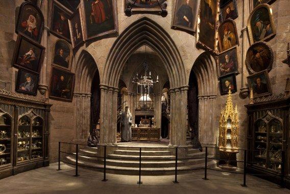 À l'intérieur du bureau de Dumbledore, les visiteurs peuvent voir l'authentique épée des Griffons d'Or, ainsi que des portraits des directeurs de Poudlard accrochés aux murs. (Warner Bros. Studio)