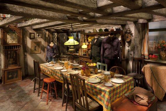 La cuisine des Weasley exposera des accessoires magiques. «Les plateaux ont tous des petits détails que vous ne remarquez pas forcément dans les films mais quand vous y êtes, vous pouvez vous rendre compte de tout le travail effectué», affirme Rupert Grint, qui jouait Ron Weasley. (Warner Bros. Studio)