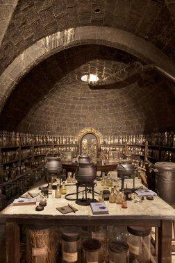 La sombre et mystérieuse salle de classe de potions fait partie des nombreuses pièces à visiter, tout comme le dortoir des Griffons d'Or, la tanière du Professeur Rogue ou encore la hutte d'Hagrid. (Warner Bros. Studio)