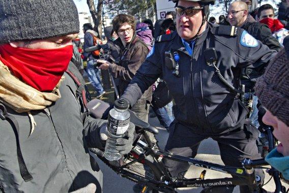 Les étudiants ont bloqué les entrées du siège social de la SAQ, à Montréal, mardi matin. (Photo: Patrick Sanfaçon, La Presse)
