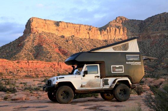Un Jeep Wrangler muni de la boîte Action Camper.