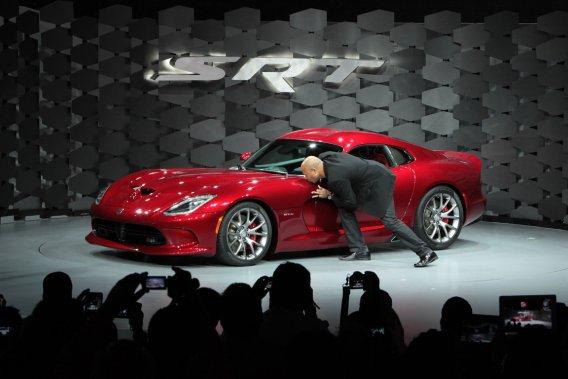 Le président de Chrysler-SRT, le Montréalais Ralph Gilles, a embrassé  la SRT Viper lors de son dévoilement au Salon de l'auto de New York.