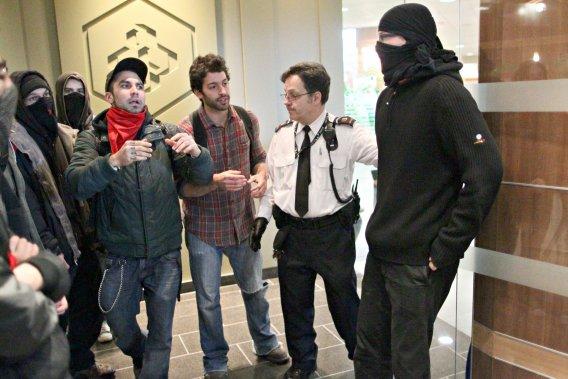 Les manifestants ont réussi à bloquer temporairement une succursale de Desjardins. (André Pichette, La Presse)