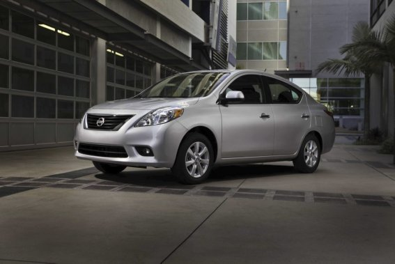 Les possibilités de personnalisation sont plus réduites pour la berline Versa. Contrairement au modèle cinq-portes, impossible d'obtenir un toit ouvrant, même en option. En regard des caractéristiques de série, même vide. Aucun climatiseur n'offre de rafraîchir le modèle d'entrée de gamme et il faut opter pour la plus habillée des berlines (SL) pour profiter d'essuie-glace à balayage intermittent. (Photo fournie par Nissan)