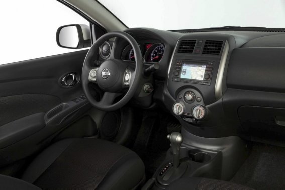 La présentation intérieure de la berline Versa est plus moderne, mais son exécution trahit l'ambition de Nissan de diminuer son coût de production... (Photo fournie par Nissan)