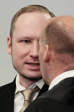 Breivik discute avec son avocat, Geir Lippestad. (Photo Hakon Mosvold Larsen, AP)