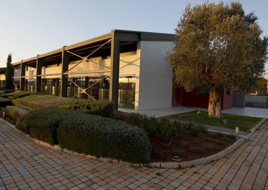 Le Domaine Papagiannakos est en conversion biologique. Le bâtiment principal du vignoble est ultramoderne, bioclimatique, avec une grande salle de réception et une terrasse superbe, longée par un couloir de natation. (Photo François Roy, La Presse)