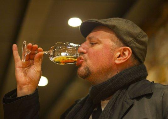 L'importateur montréalais Theo Diamantis en dégustation, au vignoble de Vassilis Papagiannakos. (Photo François Roy, La Presse)