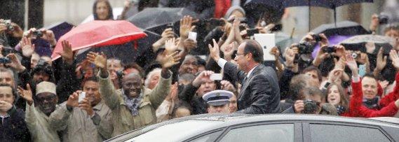 Le nouveau président français François Hollande s'est offert un bain de foule sur les Champs-Élysées, à bord d'une Citroën hybride décapotable. (Photo: Regis Duvignau, Reuters)