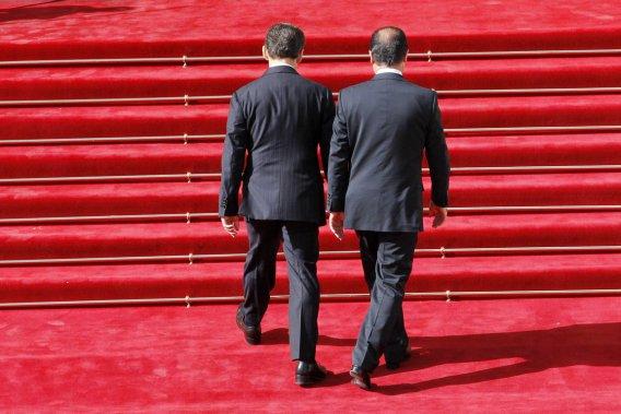 Le président sortant Nicolas Sarkozy (à gauche) accueille son successeur François Hollande sur le tapis rouge de l'Élysée. (Photo: Patrick Kovarik, Reuters)