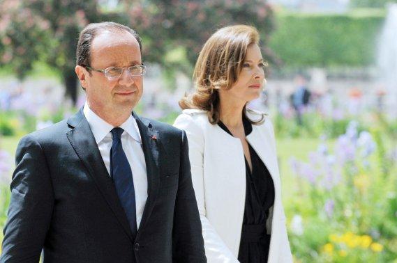 Le nouveau couple présidentiel, composé de François Hollande et de Valérie Trierweiler, forme le premier couple à la tête de la France qui ne soit pas marié. (Photo: CHRISTOPHE GUIBBAUD, AFP)
